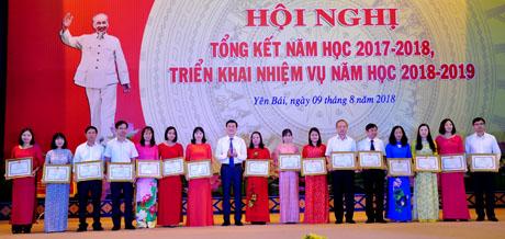 Đồng chí Nguyễn Chiến Thắng - Phó Chủ tịch UBND tỉnh tặng bằng khen cho các cá nhân có thành tích xuất sắc trong thực hiện nhiệm vụ năm học 2017 - 2018