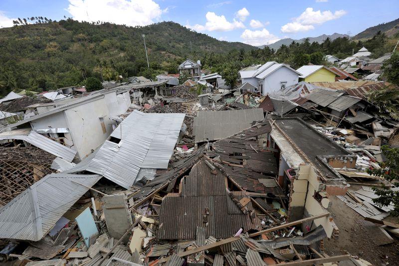 Nhiều ngôi nhà đổ sập trong trận động đất ngày 5-8.