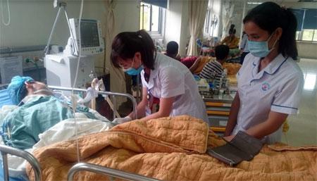 Nhân viên y tế Bệnh viện Đa khoa tỉnh chăm sóc bệnh nhân điều trị tại Khoa Hồi sức - Chống độc.
