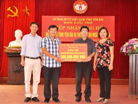 Đồng chí Giàng Seo Vần  - Ủy viên Ban Thường vụ Tỉnh ủy, Chủ tịch Ủy ban Mặt trận Tổ quốc tỉnh Lào Cai trao hỗ trợ cho tỉnh Yên Bái.