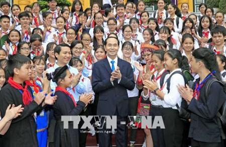 Chủ tịch nước Trần Đại Quang với các đại biểu là Chỉ huy Đội giỏi.