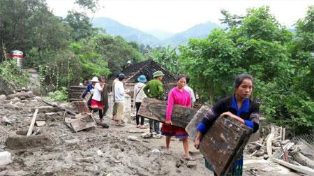 Chi hội Phụ nữ bản Có Mông, xã Nậm Có, huyện Mù Cang Chải giúp nhau sửa chữa nhà cửa sau mưa lũ.