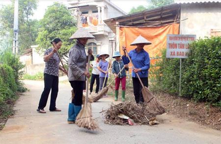 Hội viên phụ nữ xã Báo đáp, huyện Trấn Yên vệ sinh đoạn đường tự quản.