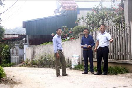 Lãnh đạo xã Phúc Lộc trao đổi với người dân thôn Làng Đình về quản lý, sử dụng hiệu quả các tuyến đường nội thôn.