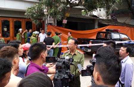 Giám đốc Công an tỉnh Điện Biên trả lời báo chí.
