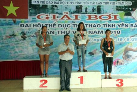 Ban tổ chức trao giải cho các vận động viên có thành tích cao giải bơi Đại hội TDTT tỉnh Yên Bái 2018.