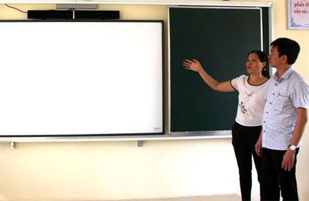 Lãnh đạo Phòng Giáo dục và Đào tạo thị xã Nghĩa Lộ kiểm tra trang thiết bị dạy học tại Trường TH&THCS Võ Thị Sáu.