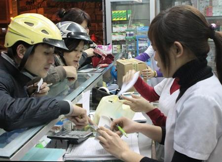 Mua-bán thuốc chữa bệnh tại một cửa hàng trên đường Giải Phóng, Hà Nội.