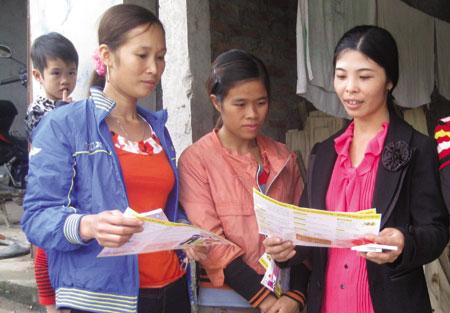 Cán bộ Hội Phụ nữ xã Minh Quân, huyện Trấn Yên tuyên truyền pháp luật cho hội viên.