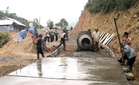 Nhân dân xã Suối Giàng tham gia bê tông hóa đường giao thông nông  thôn.