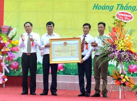 Đồng chí Nguyễn Văn Khánh – Phó Chủ tịch UBND tỉnh trao Bằng công nhận của Chủ tịch UBND tỉnh cho xã Hoàng Thắng đạt chuẩn nông thôn mới năm 2018.