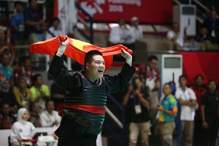 Võ sĩ Pencak Silat Nguyễn Văn Trí giúp cờ Việt Nam tung bay tại đấu trường Á vận hội.