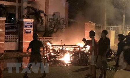 Một số đối tượng quá khích ở tỉnh Bình Thuận lôi xe máy từ trong Sở Kế hoạch và Đầu tư ra đốt phá.