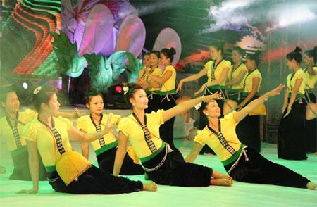 Dân vũ dân tộc Thái trên sân khấu.