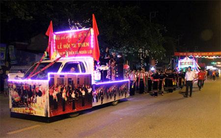 Đoàn diễu diễn của các xã, phường trong ngày khai mạc Tuần VH&DL Mường Lò năm 2017. (Ảnh: Minh Tuấn)