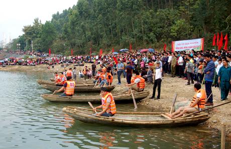 Lễ hội đua thuyền nan trên hồ Thác Bà - một trong những điểm nhấn thu hút du khách. Ảnh Quang Tuấn