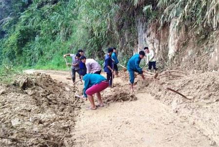 Đoàn viên thanh niên xã Đại Sơn dọn bùn đất, khơi thông cống rãnh trên các tuyến đường giao thông bị ảnh hưởng bởi hoàn lưu  bão số 3.
