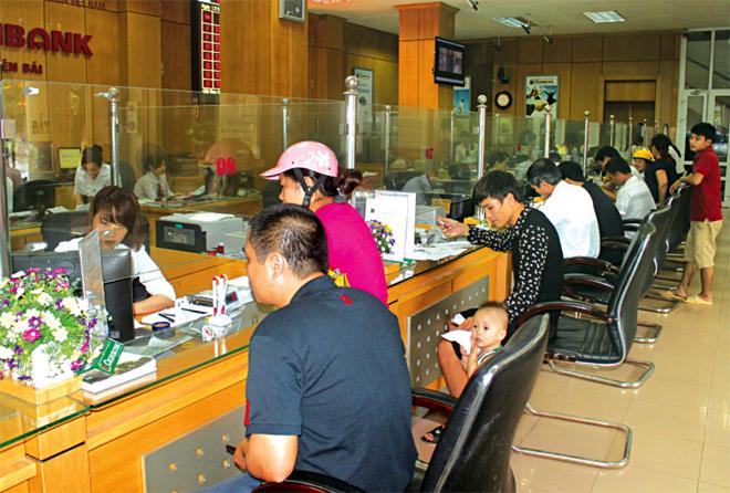 Người dân và doanh nghiệp đến giao dịch tại Ngân hàng Nông nghiệp và Phát triển nông thôn tỉnh Yên Bái.