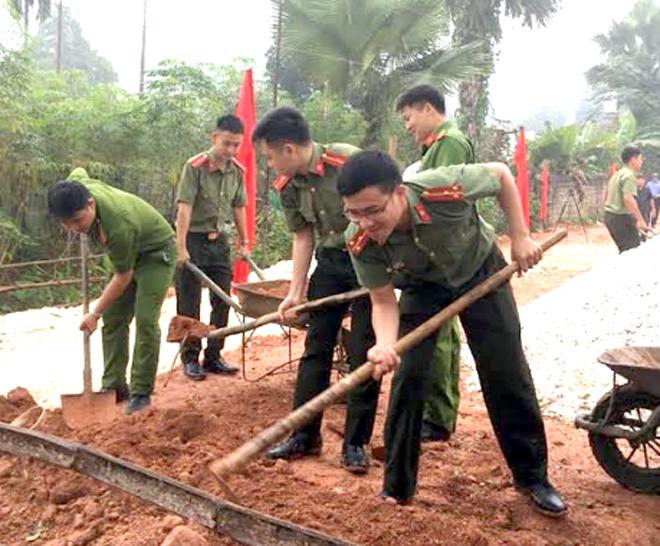Thượng úy Lý Hoài Ân (bên phải) tham gia xây dựng nhà cho đoàn viên có hoàn cảnh đặc biệt khó khăn.