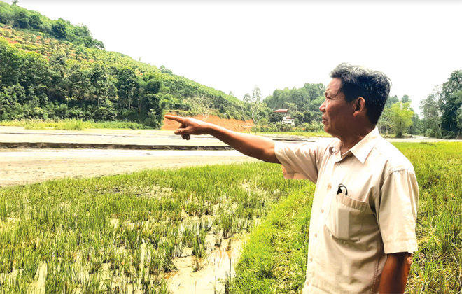 Ông Lê Văn Dũng, thôn Ao Lay, xã Chấn Thịnh không còn nhớ nổi phần ruộng của mình ở đâu do ruộng đã bị vùi lấp lâu ngày.