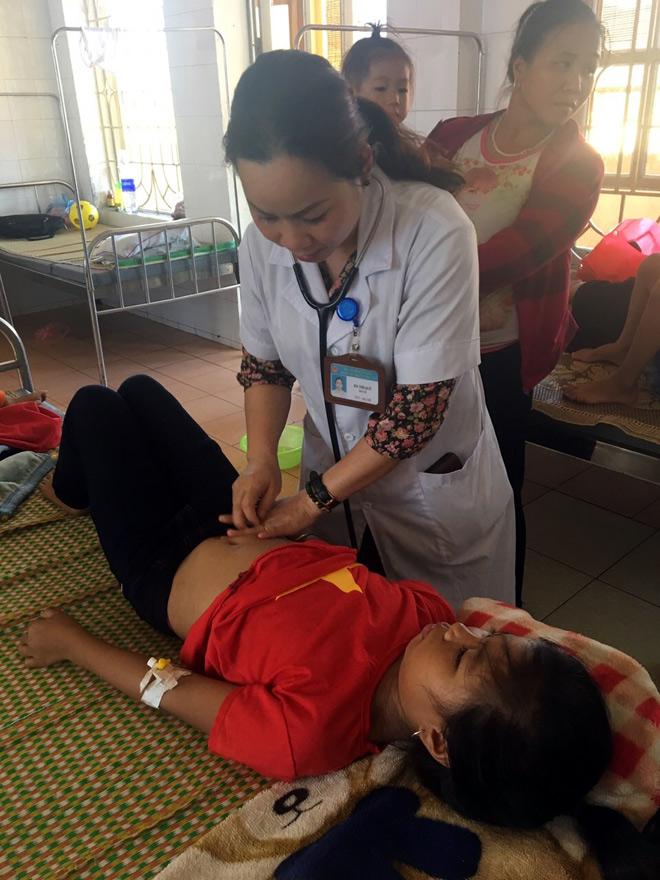 Cán bộ y tế tích cực điều trị cho bệnh nhân.