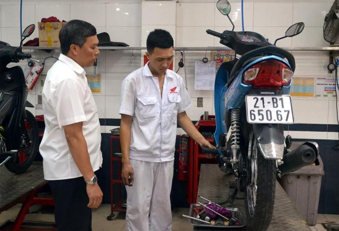Anh Trần Anh Tuấn - Chủ tịch Công đoàn Công ty TNHH Hòa Bình (bên trái) luôn đồng hành cùng người lao động của Công ty.