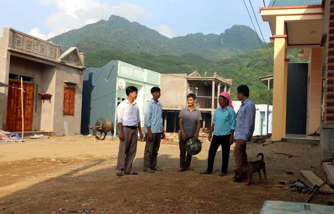 Những ngôi nhà xây mới khang trang ở khu định cư mới Noong Mi, bản Tủ, xã Sơn Lương.