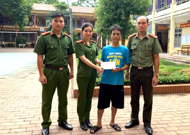 Đại diện Chi đoàn Công an huyện Trấn Yên trao tiền ủng hộ anh Hà Văn Cọ.