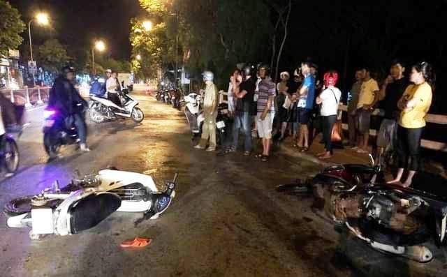 Hiện trường vụ tai nạn xe máy đi ngược chiều tông hàng loạt phương tiện.