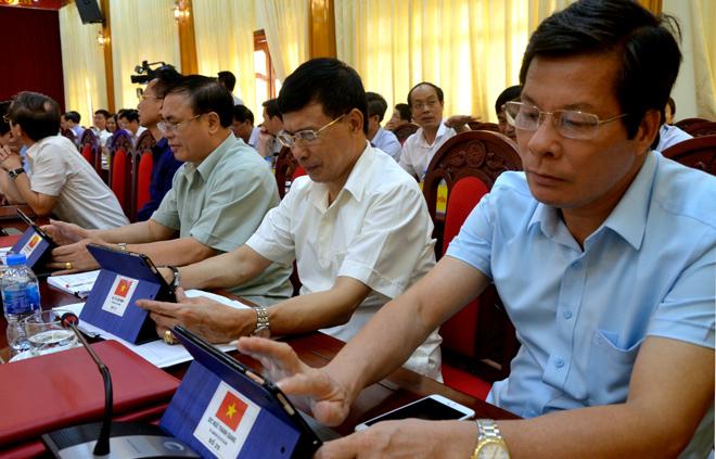 Hội nghị Ban Chấp hành Đảng bộ tỉnh Yên Bái lần thứ 26, các đại biểu sử dụng công nghệ thông tin để biểu quyết thông qua Nghị quyết kỳ họp.