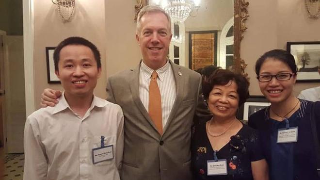 Kỹ sư Nam (trái) cùng mẹ (thứ hai từ phải qua) và cựu đại sứ Mỹ tại Việt Nam Ted Osius.