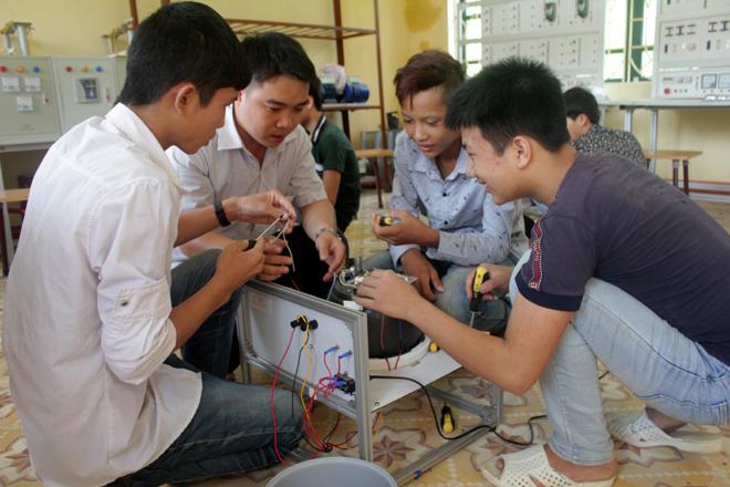 Học sinh Trường THPT Hoàng Văn Thụ, huyện Lục Yên học nghề điện dân dụng để tìm kiếm việc làm sau học nghề.