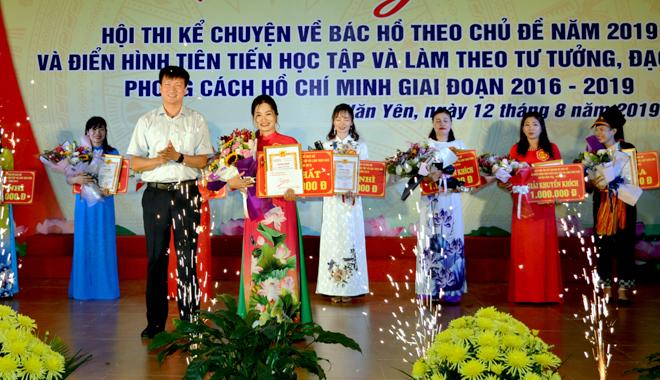 Lãnh đạo Huyện ủy Văn Yên trao giải Nhất cho thí sinh Nguyễn Thị Ngần, Chi bộ Trường THPT Nguyễn Lương Bằng
