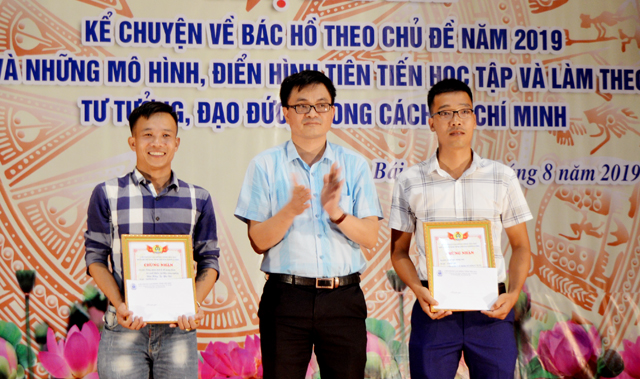 Đồng chí Bùi Minh Đức - Phó Tổng biên tập Báo Yên Bái trao giải Nhì cho các tác giả đạt giải
