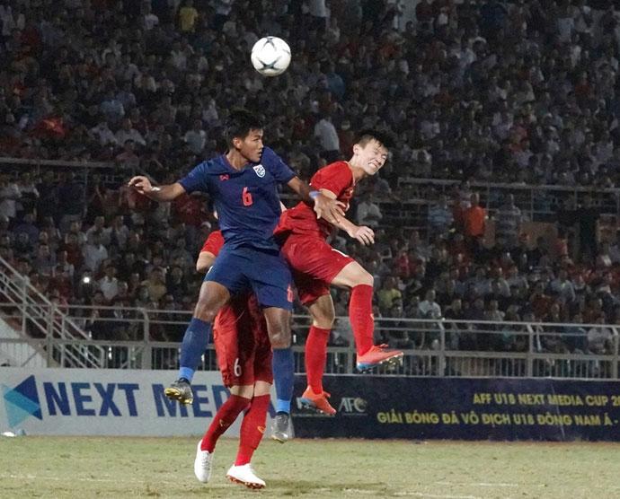 U18 Việt Nam (đỏ) không thể giành chiến thắng trước U18 Thái Lan.