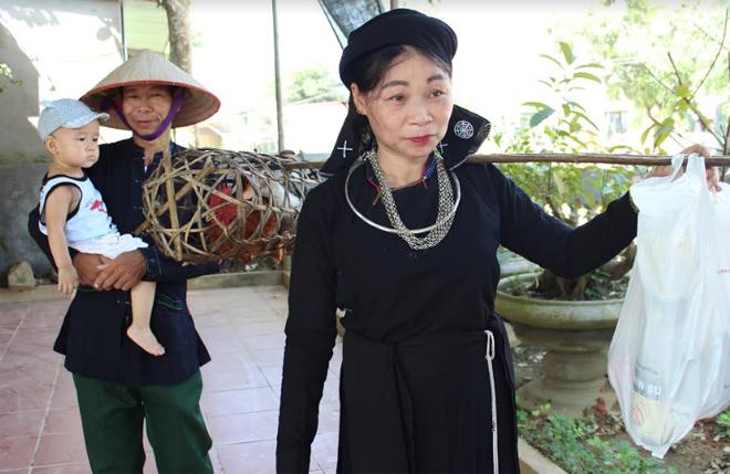 Chị Hoàng Thị Hòa- thôn Thâm Pồng, xã Yên Thắng gánh đồ lễ đi