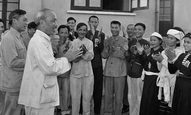 Chủ tịch Hồ Chí Minh gặp mặt thân mật các đại biểu dự Đại hội liên hoan Anh hùng, chiến sỹ thi đua ngành Nông nghiệp và đổi công toàn quốc tại Hà Nội, ngày 23-5-1957.