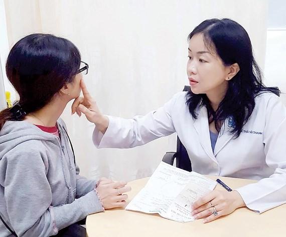 Bác sĩ kiểm tra bệnh nhân bị kiến ba khoang đốt