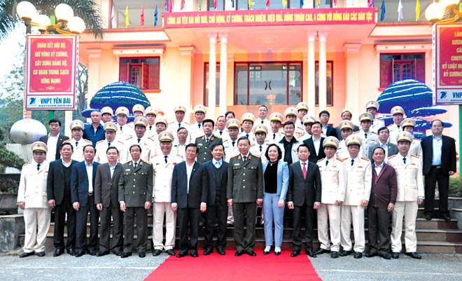 Đồng chí Tô Lâm - Bộ trưởng Bộ Công an cùng các đòng chí lãnh đạo tỉnh chụp ảnh lưu niệm với Ban Giám đốc, lãnh đạo các phòng nghiệp vụ Công an tỉnh Yên Bái (ảnh tư liệu)