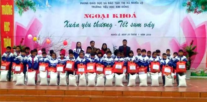 Chi hội Khuyến học Trường Tiểu học Kim Đồng trao quà cho học sinh có thành tích trong học tập.