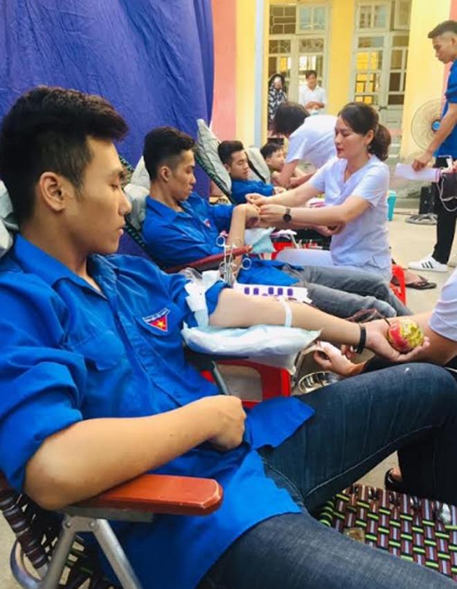 Đoàn viên thanh niên thị xã Nghĩa Lộ tích cực tham gia hiến máu tình nguyện.