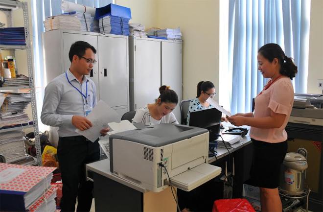 Cán bộ Văn phòng Đăng ký đất đai và Phát triển quỹ đất thành phố Yên Bái trao đổi nghiệp vụ.