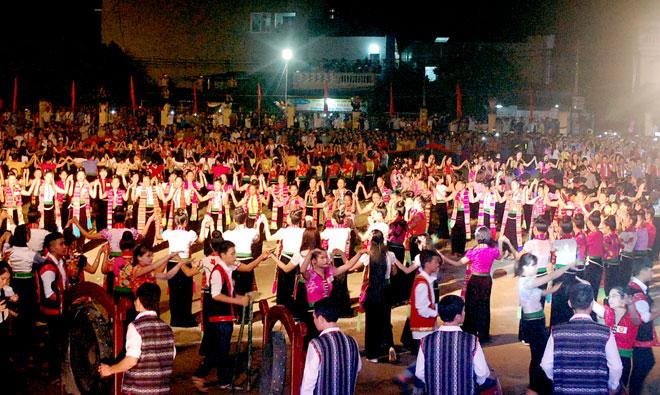 Màn múa xòe đại đoàn kết năm nay sẽ có 2.019 người tham gia.