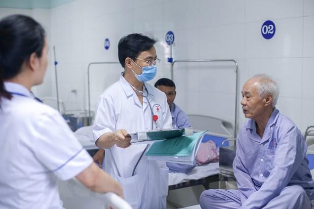 Bác sỹ Bệnh viện Đa khoa Hữu nghị 103 tư vấn, theo dõi tình hình sức khỏe cho bệnh nhân.