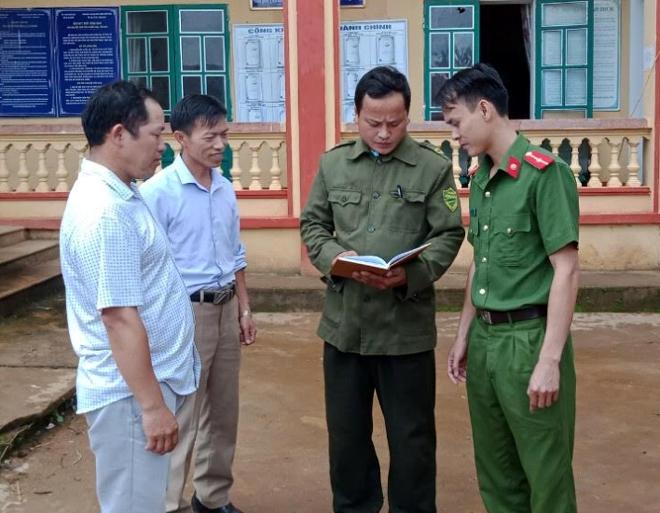 Lãnh đạo và Công an xã Tà Xi Láng trao đổi về công tác phòng, chống ma túy.