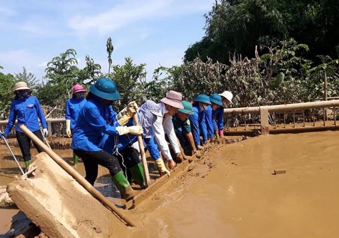 Đoàn viên thanh niên phường Yên Ninh, thành phố Yên Bái tham gia dọn dẹp vệ sinh những đoạn đường ngập lụt trên địa bàn thành phố Yên Bái năm 2018.