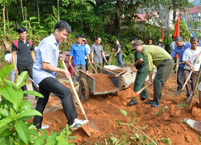 Lãnh đạo huyện Văn Yên cùng nhân xã Ngòi A tham gia đắp lề đường giao thông nông thôn.