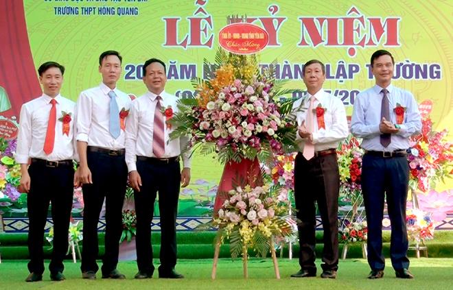 Các đồng chí: Nguyễn Văn Lịch - Trưởng ban Nội chính Tỉnh ủy, Dương Văn Tiến - Phó chủ tịch UBND tỉnh tặng hoa chúc mừng nhà trường.