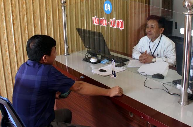 Cán bộ Bộ phận Phục vụ hành chính công xã Phú Thịnh tận tâm hướng dẫn, giải thích cho người dân đến giao dịch.
