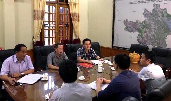 Đồng chí Đỗ Văn Dự - Bí thư Đảng ủy, Giám đốc Sở GTVT (ngồi giữa) cùng các đồng chí trong Đảng ủy kiểm tra việc triển khai Nghị quyết Trung ương 4 và Chỉ thị 05 tại Chi bộ Phòng Quản lý chất lượng công trình giao thông.